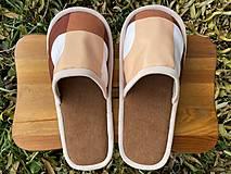 Hnedé papuče so vzorom