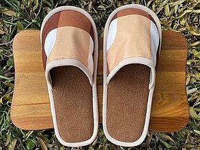 Obuv - Hnedé papuče so vzorom - 12688343_