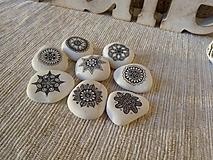Dekorácie - Bieločierne kamienky - Na kameni maľované - 12691887_