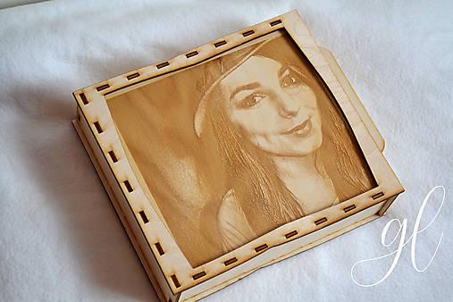 Drevená krabička na fotky s gravírovanou fotografiou