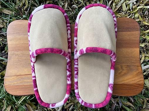 Béžové papuče s ružovým lemom