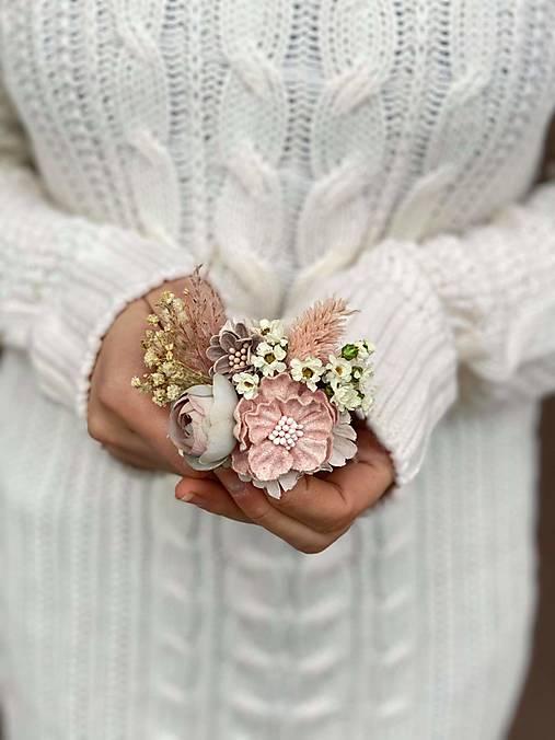 """Kvetinová brošňa """"láska v dlani"""""""