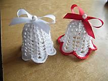 Dekorácie - Háčkované zvončeky biele a s červeným lemom a mašľami - 12697815_