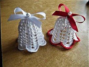 Dekorácie - Háčkované zvončeky biele a s červeným lemom a mašľami - 12697821_