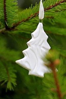 Dekorácie - Vianočná ozdoba stromček (bielá) - 12703509_