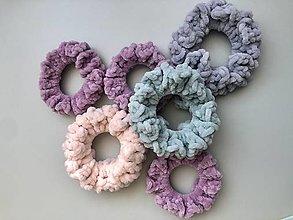Ozdoby do vlasov - velvet scrunchie (mäkkulinká gumička do vlasov) pastelové farby - 12703626_
