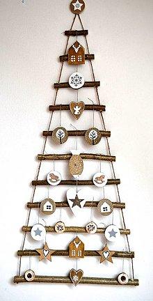 Dekorácie - Vianočný stromček závesný s ozdobami - 12700763_
