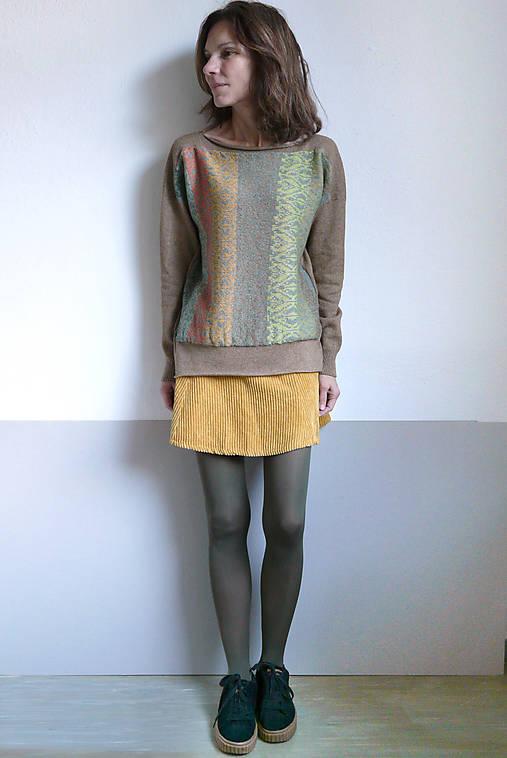 hnedý pulover vzorovaný