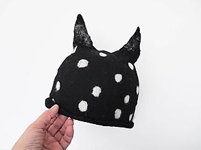 Čiapky - Bodkovaná čierno biela vlnená čiapka - 12708136_