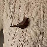 Odznaky/Brošne - Drevená brošňa vtáčik - 12707529_