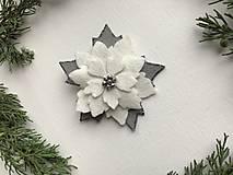 Odznaky/Brošne - Vianočná ruža brošňa  (Biela) - 12713308_