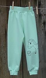 Detské oblečenie - Zelenkavé tepláčky Koník - 12714694_
