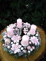 Dekorácie - adventný veniec jemný ružový so sviečkami 29 cm    av30 - 12718905_