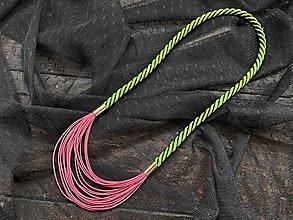 Náhrdelníky - Růžové šňůrky na zeleném laně - 12721273_