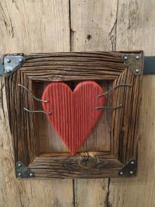 Obrazy - Obraz s rámom zo starého dreva - červené drevené srdce - 12720522_