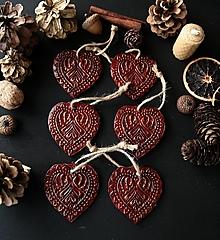 Dekorácie - Vianočné červené srdiečka so zlatou patinou - 12729567_