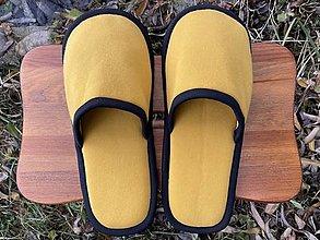 Ponožky, pančuchy, obuv - Žlté papuče s čiernym lemom - 12728304_