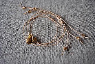 Náramky - Minimalistický náramok s malým zlatým srdiečkom - 12735548_