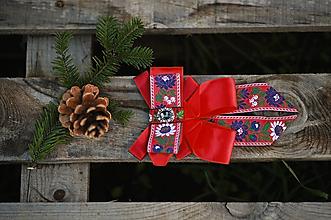 Náhrdelníky - Folk brošňa/ dámsky motýlik (červená folk spona) - 12746068_