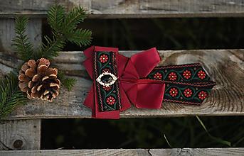Náhrdelníky - Folk brošňa/ dámsky motýlik (bordová spona) - 12746092_