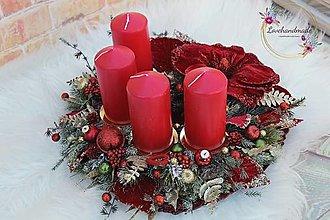 Dekorácie - Luxusný adventný veniec červeno-zeleno-zlatý s magnóliou 35cm - 12744691_