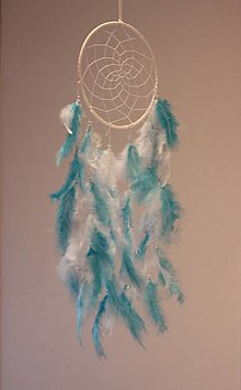 Dekorácie - Veľký biely lapač snov s tyrkysovými a bielymi pierkami a korálkami - 12746250_
