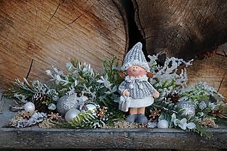 Dekorácie - Vianočný aranžmán - Dievčatko - 12748880_