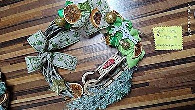 Dekorácie - Závesný Vianočný venček so sankami - 12752398_