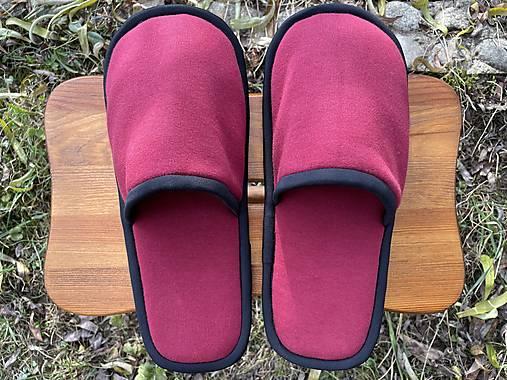 Bordové papuče s čiernym lemom