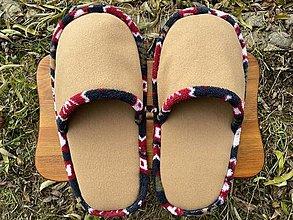 Ponožky, pančuchy, obuv - Veľké hnedé papuče s farebným vzorom - 12754897_