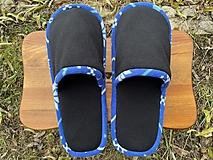 Obuv - Čierne papuče s modrým lemom - 12759889_