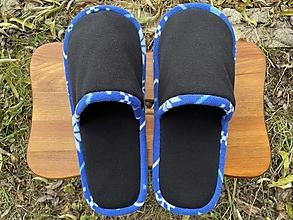 Ponožky, pančuchy, obuv - Čierne papuče s modrým lemom - 12759889_