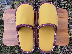 Ponožky, pančuchy, obuv - Žleté papuče s pierkovým lemom - 12764502_