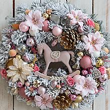 Dekorácie - Zasnežený vianočný veniec ... ružové sny, ružový život ... - 12768746_