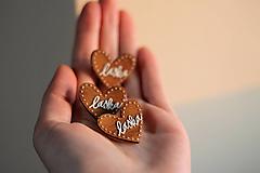 Odznaky/Brošne - Drevená maľovaná Mini brošňa Láska (Láska) - 12782000_