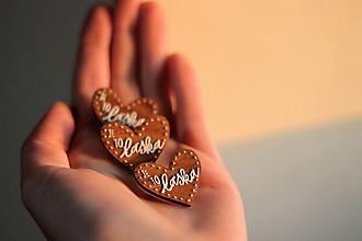 Odznaky/Brošne - Drevená maľovaná Mini brošňa Láska - 12781995_