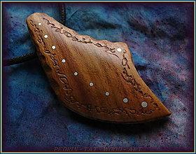 Náhrdelníky - 594. Dřevěný náhrdelník  SLIVOŇKA  -  stahovací - 12790074_