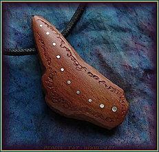 Náhrdelníky - 595. Dřevěný náhrdelník  SLIVOŇKA  -  stahovací - 12790077_