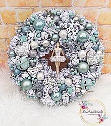 Dekorácie - Luxusný zimný veniec na dvere s baletkou mint, biela, strieborná 35cm - 12791219_