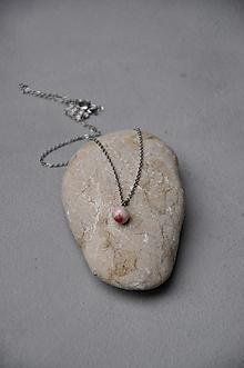 Náhrdelníky - prívesok  ružovo fialová gulička - 12791348_