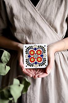 Dekorácie - Keramická obkladačka - motív inšpirovaný výšivkou z regiónu Čataj - 12792498_