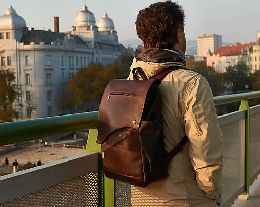Hnedý mestský batoh z kože a voskovaného plátna.
