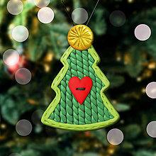 Dekorácie - Vianočný stromček Fimom vyšívaný - srdiečkový gombík (ozdoba) - 12792896_