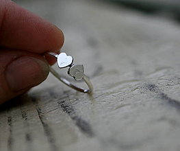Prstene - Strieborný prsteň s iniciálami v srdiečkach - 12799160_