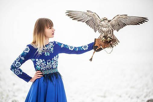 Modré vyšívané šaty Sága krásy