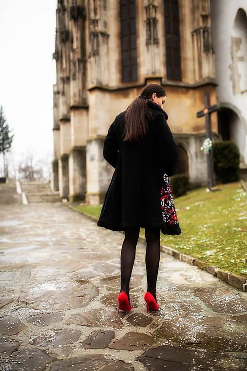 Čierny vyšívaný kabát Slavianka