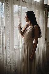 - Svadobné šaty z bavlnenej kajky so širokým pásom a závojom - 12802935_