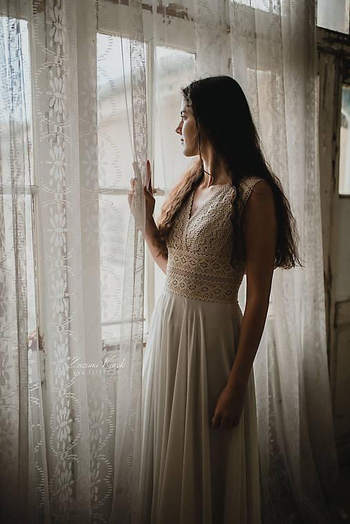 Šaty - Svadobné šaty z bavlnenej kajky so širokým pásom a závojom - 12802935_