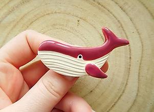 Odznaky/Brošne - Veľryba brošňa (tmavá rúžová) - 12803681_
