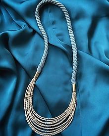 Náhrdelníky - Zlato-pudrové šňůrky na šedém laně - 12807198_